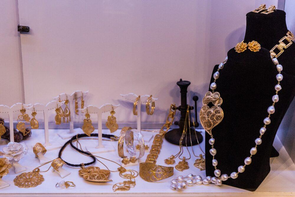 jewelry-1267133_1920 L'arte della filigrana: tecniche e gioielli meravigliosi