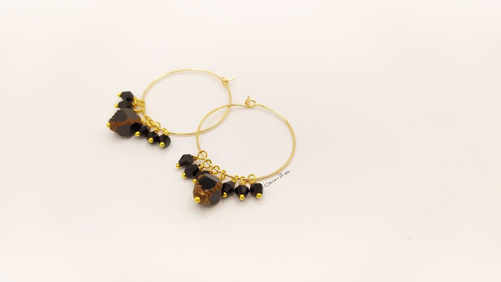 1606317954990-1 Cerchi dorati e cristalli neri