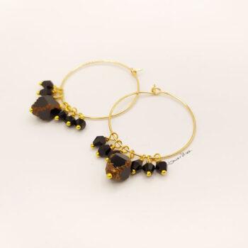 Orecchini a cerchio dorati con cristalli neri