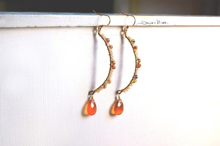 DSC_0549 Orecchini semicerchio con perline e goccia arancione