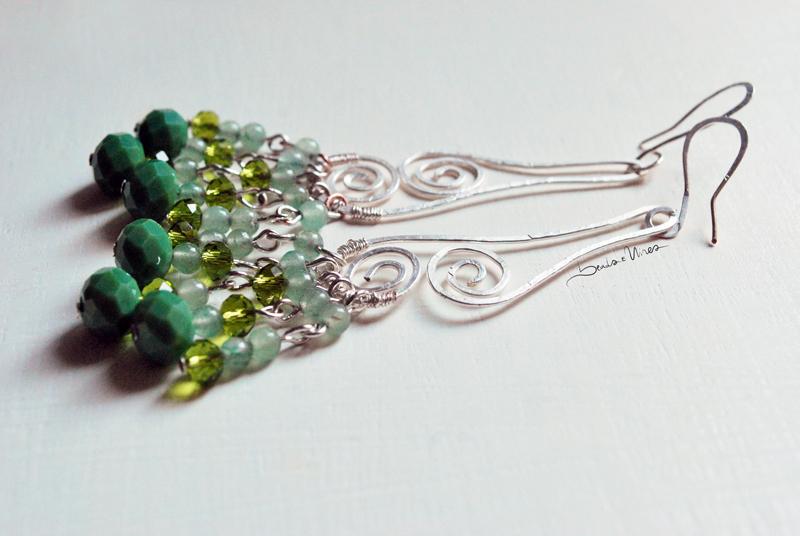 DSC_1541 Lungo orecchino in argento e pietre verdi
