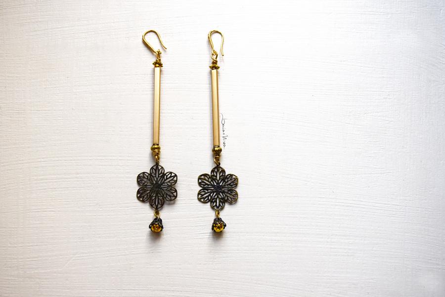 DSC_1839 Orecchini dorati con fiore pendente