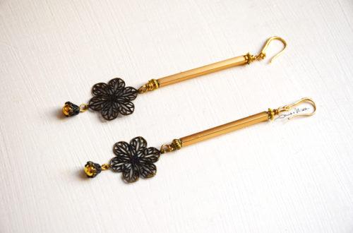 orecchini dorati con fiore pendente