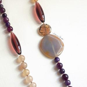 lunga collana di pietre viola e vetri
