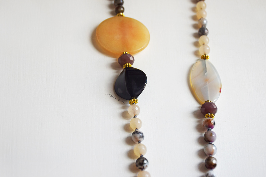 DSC_1873 Lunga collana di pietre color crema e nero