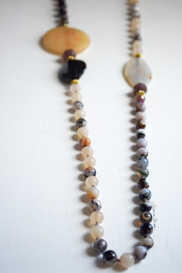 DSC_1882 Lunga collana di pietre color crema e nero