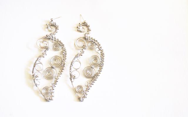 Immagine-ott2010-001-1 Bianco e argento } orecchini orientali