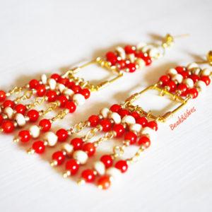 Una cascata di perline rosse